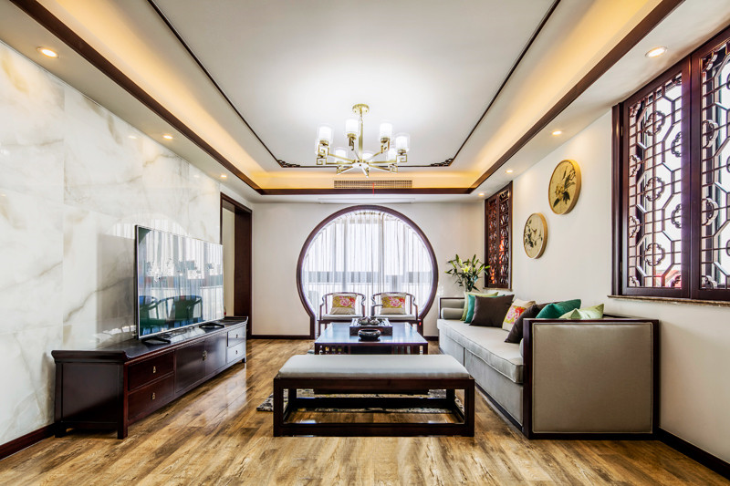 色墙面和厚重沉稳的实木线条,暖暖的灯光,简洁的中式家具也显得分外